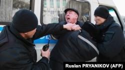 Полиция задерживает протестующего в Алматы. 1 марта 2020 года.
