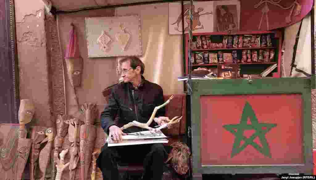 Это художник Абделкарем на одной из улиц города Маррокеш. Маррокеш вполне современный город, но интереснее и дешевле остановится в историческом центре – здесь незамысловатые кафе в тени пальм, узкие улочки, лавки с несметным количеством специй и глинянных изделий, воскресный базар, где заклинатель змей показывает фокусы. Город является одним из основных центров туризма в стране, куда в год приезжает около 10 миллионов туристов. После того, как покойный кутьюре Ив Сен-Лоран приобрел Ботанический сад города, жемчужина Востока еще больше засверкала – ведь это гарантия того, что в марокканском царстве жизнь беспечная, по крайней мере, если у вас есть деньги.