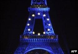 Oznaka Evropske unije na Ajfelovoj kuli u Parizu - ilustracija