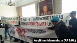 Группа активистов, называющих себя участниками группы «За справедливость», развернула плакаты в офисе президентской партии «Нур Отан». Алматы, 31 октября 2016 года.