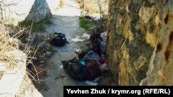 Главный вход во двор дома Хлебникова сегодня завален мусором