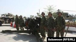 تعدادی از نیروهای ارتش افغانستان در نمایشگاهی از تسلیحات جنگی