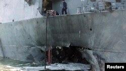 """Эсминец """"Коул"""" (USS Cole) после нападения на него в октябре 2000 года"""
