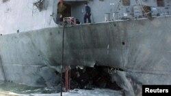 """2000-жылы қазан айында шабуылға ұшыраған эсминец """"Коул"""" кемесі."""