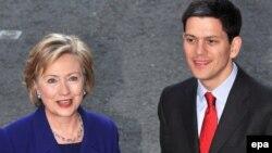 دیوید میلیبند (راست) وزیر امور خارجه بریتانیا همراه با هیلاری کلینتون، همتای آمریکایی اش.