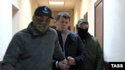 Роман Сущенко (с) під час затримання, фото ФСБ Росії, оприлюднене 3 жовтня 2016 року