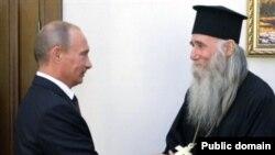 რუსეთის პრემიერ-მინისტრი ვლადიმირ პუტინი და აფხაზი სასულიერო პირი ბესარიონ აპლია