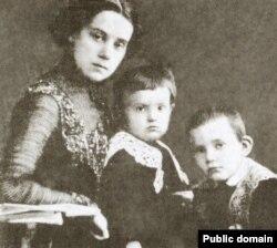 Ольга Львовна Керенская с сыновьями Олегом и Глебом