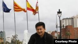 Жеңишбек Эдигеев, кыргыздын эркин журналисти, Испаниянын Барселона шаарын кезип жүргөн кезинде. 27.3.2010.