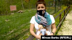Paula Ciotloș are în grijă peste 130 de urși la sanctuarul de la Zărnești.