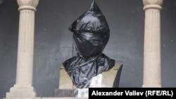 Поліція закрила розмальований бюст Леніна поліетиленом