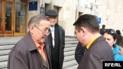 Лидер оппозиции Амантай Ахетов (слева) вручает петицию чиновнику из акимата, который отказался представиться. Алматы, 5 марта 2009 года.