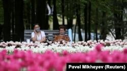 Женщины на скамье во время карантина по коронавирусу. Алматы, 27 апреля 2020 года.