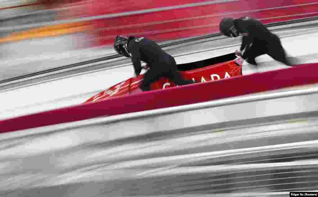 Бобслей: Крістофер Спрінґ та Невіль Урайт із Канади під час підготовки в олімпійському центрі в Пхьончхані