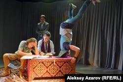 Эпизод из спектакля. Обычное начало рабочего дня в редакции вымышленного канала АулТВ. Алматы, 9 сентября 2016 года.