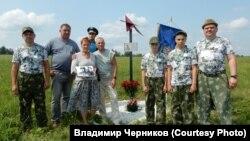 Наталья Коршунова, Владимир Черников и участники поискового отряда