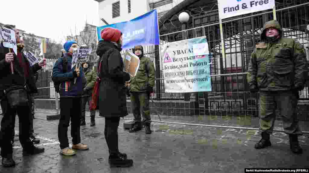 Дипломаты и представители посольства России к активистам не вышли.