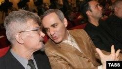 Эдуард Лимонов (слева) и Гарри Каспаров утверждают, что власти не имеют права запрещать им шествие по Москве