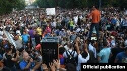 Під час демонстрації на проспекті Баграмяна в Єревані вдень 28 червня 2015 року