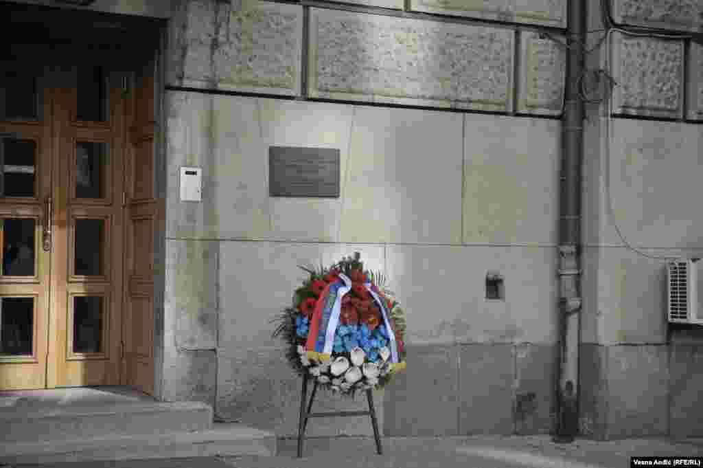 Članovi Vlade Srbije, predvođeni premijerkom Anom Brnabić, položili su jutros venac ispod spomen-ploče u dvorištu zgrade Vlade u centru Beograda, na mestu gde je Đinđić ubijen snajperskim hicima.