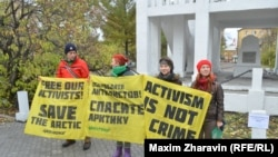 """Demonstrators in the Russian city of Murmansk calling for the release of the crew of the """"Arctic Sunrise"""""""