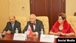 Лилия Мошечкова вместе с лидером партии KORWiN Янушем Корвином-Микке (в центре) на пресс-конференции в аннексированном Крыму