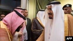 Кралот на Саудиска Арабија, Салман со неговиот син принцот Мухамед бин Салман.