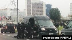 Органите на реда завличат протестиращи в бусове