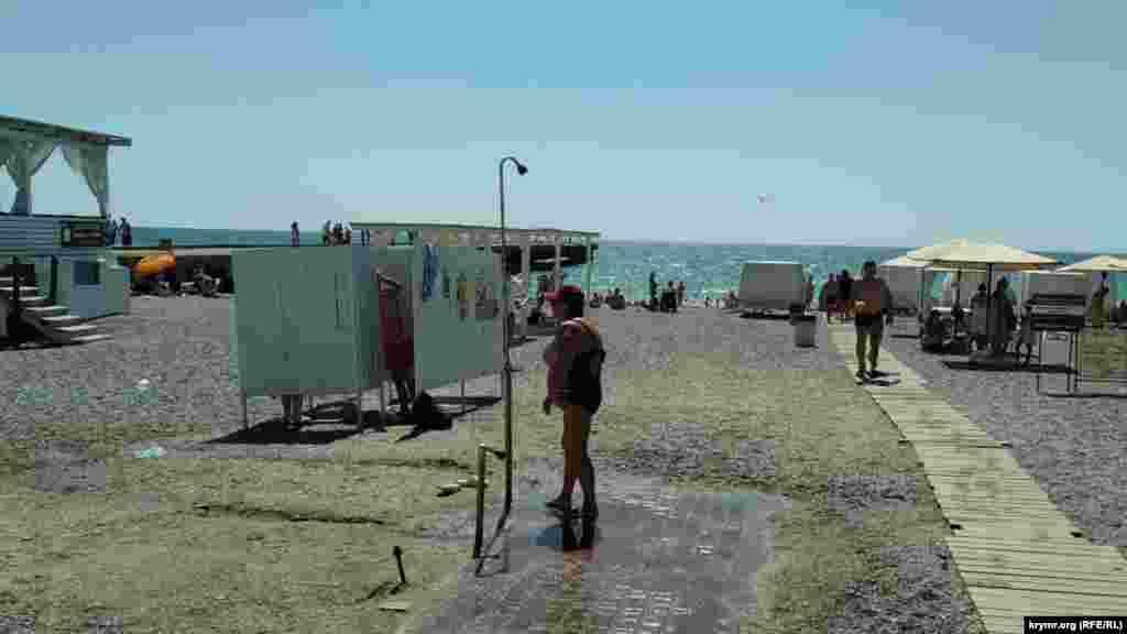 На пляжі, з інтервалами в 200-300 метрів, працюють безкоштовні душі. В інших приморських населених пунктах безкоштовно така послуга цьогоріч поки не зустрічалася. Лежаки на «Палубі» пропонують в оренду за 100 рублів (38 гривень), з матрацом – за 150 рублів (57 гривень). Це найнижчі розцінки, які ми зустрічали на кримському узбережжі