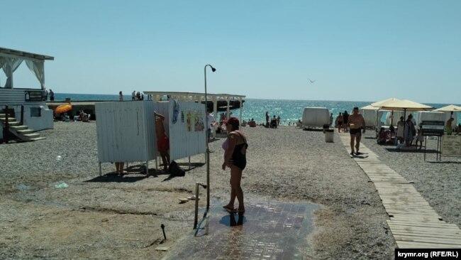 Душ на пляже «Палуба»