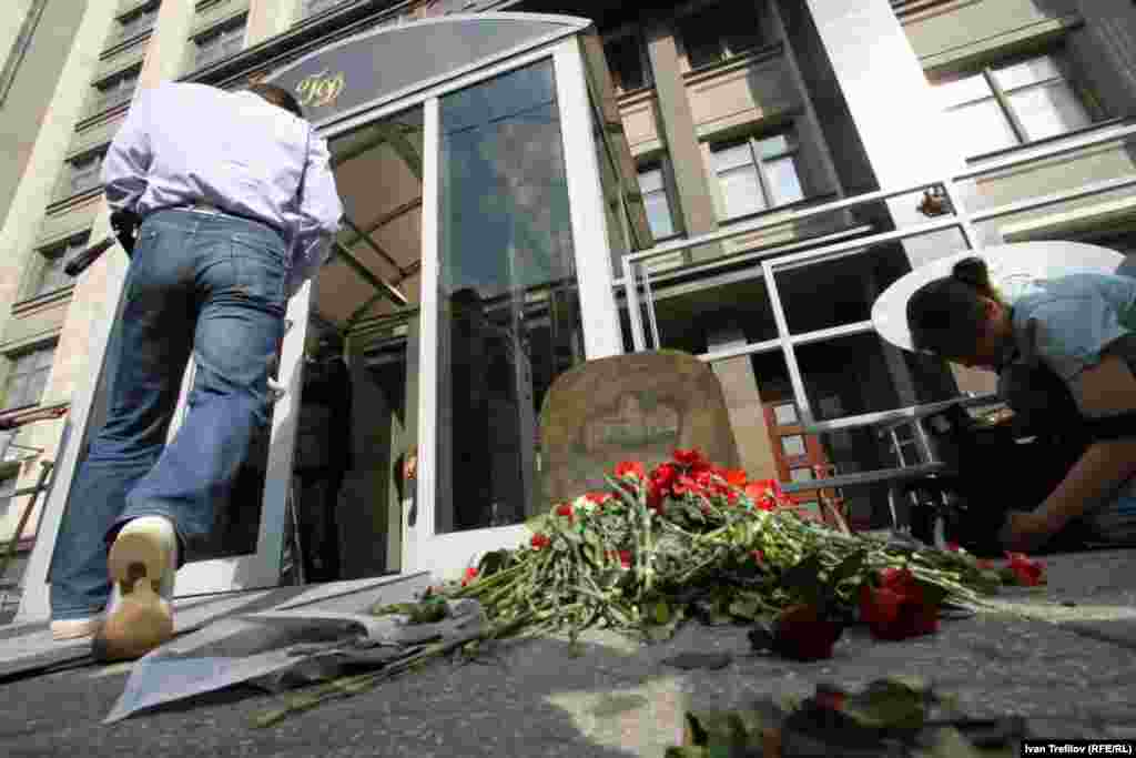 The tombstone and flowers at an entrance to the State Duma.