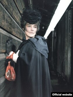 Ганна Карэніна (Тацьцяна Самойлава) з чырвоным мяшочкам. Кадр з фільму Аляксандра Зархі 1967 г.