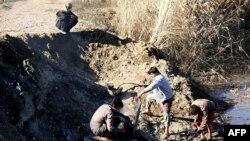 Սիրիա - Ենթադրաբար «Իսլամական պետության» զինյալները Հորդանանի ռազմական օդանավի կործանման վայրում, Ռաքքա, 24-ը դեկտեմբերի, 2014թ․