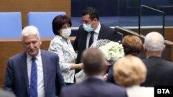 Цвета Караянчева получи букет цветя от съпартийците си след гласуването