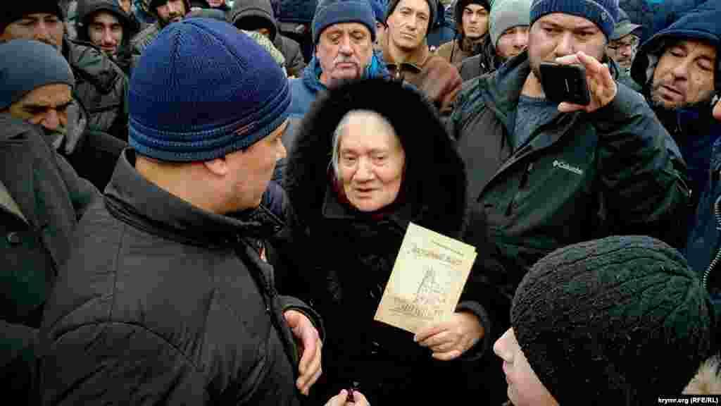 Milliy areket faallerinden biri Kurbedinovğa belli jurnalist Lilâ Bucurovanıñ «Alınmağan bilet» şiirler cıyıntığını ediye etti
