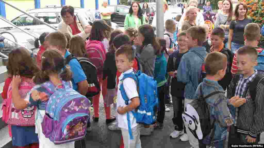 Босниянең Банья-Лука шәһәрендәге балалар мәктәпкә иреклерәк киенеп бара