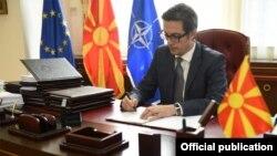 Претседателот Стево Пендаровски ги потпишa Указите за прогласување на законите кои се однесуваат на т.н. петти пакет на економски мерки