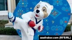 Taekwondo maşklaryny görkezýän alabaý itiniň görnüşi. Aşgabat. 2017 ý.