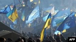 Kiyevdə aksiyaçılar Avropa Birliyi və Ukraynanın bayraqlarını dalğalandırırlar – 14 dekabr 2013
