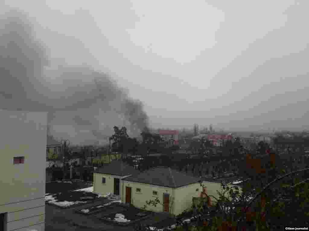 Дым от пожара на территории дома главы исполнительной власти Губинского района