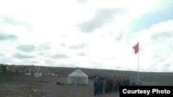 Кытай мемлекеттик желегине урмат көрсөтүү иш-чарасы. Көк-Токой району, Алтай аймагы, Кытай.