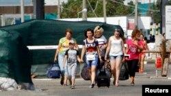 Люди переходят границу с Россией. Иллюстративное фото.