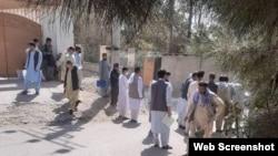 Стоящие у посольства Казахстана в Кабуле люди, которые пытаются выехать в Казахстан. 6 сентября 2021 года