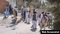Қазақстанның Ауғанстандағы елшілігі алдында кезек күтіп тұрған адамдар. Кабул, 6 қыркүйек 2021 жыл.
