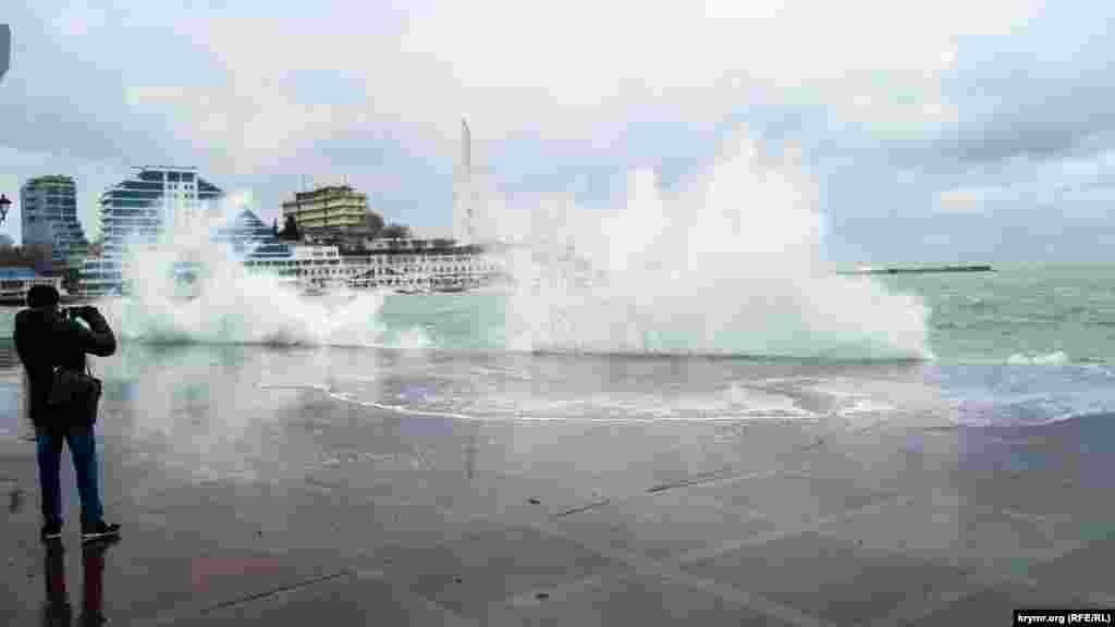 При західному вітрі моли не захищають певну частину Севастопольської бухти і хвилі з силою б'ються об набережну Корнілова