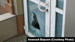 Разбитая дверь в штабе Навального в Хабаровске