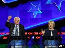 رقابت اصلی حزب دموکرات میان این دو نفر است: کلینتون (راست) و سندرز (چپ)