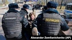 Hapšenje demonstranta prilikom protesta u Moskvi 26. marta