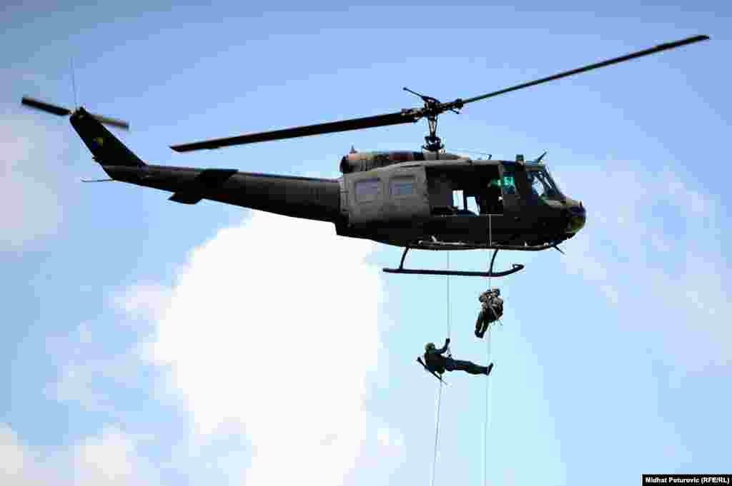 Specijalisti STS-a se spuštaju niz konopac iz helikoptera UH-1H.