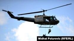 Specijalisti STS-a se spuštaju niz konopac iz helikoptera UH-1H (fotoarhiv)